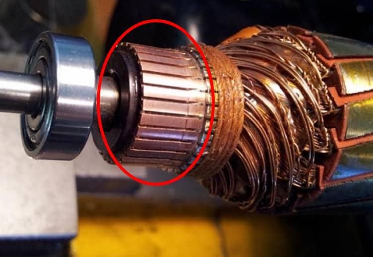 Коллектор - цилиндрическая деталь с контактами. От них идут провода на обмотки ротора